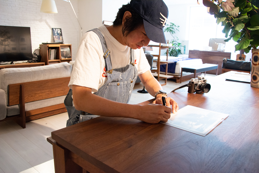 サインをする田島氏
